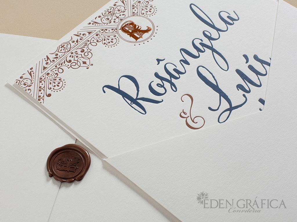Aqui usamos o Letterpress, uma impressão em baixo relevo retro. Onde os convites são impressos um a um. A ideia de um convite/obra de arte garante um efeito de nobreza e dedicação. Por esse motivo foi a escolha para essas bodas de perola.